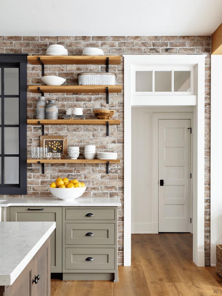 Reforma express: estantes de madera para los utensilios de cocina
