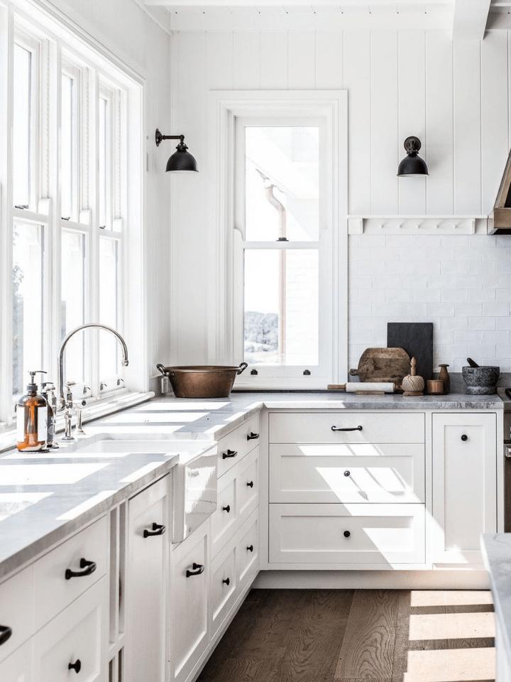 cocina reformada con armarios y azulejo blancos