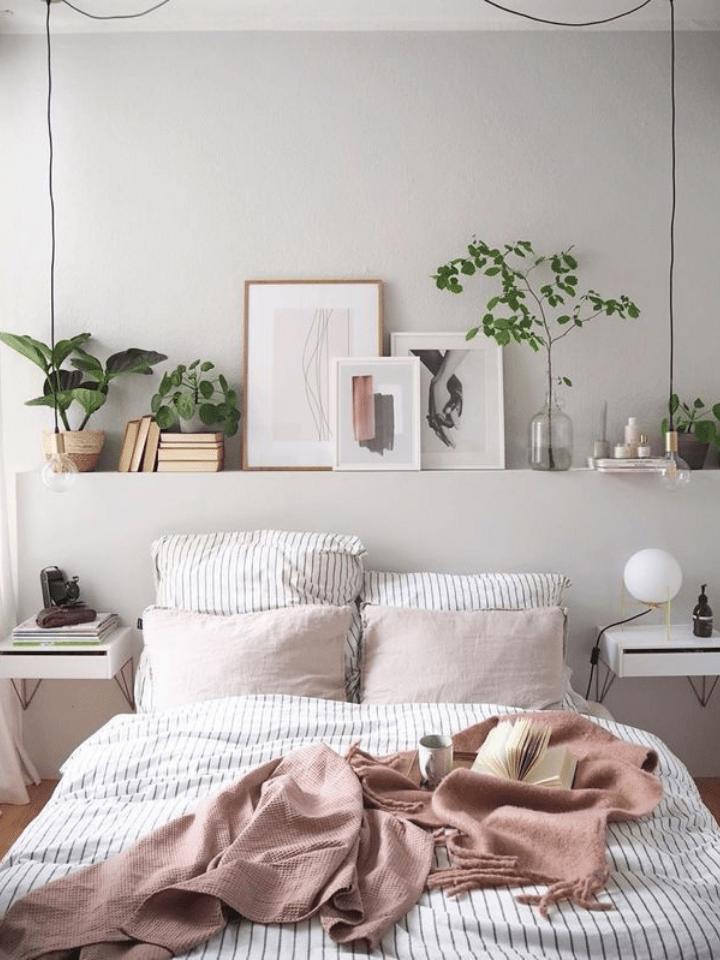 pequeño dormitorio con lámparas colgantes