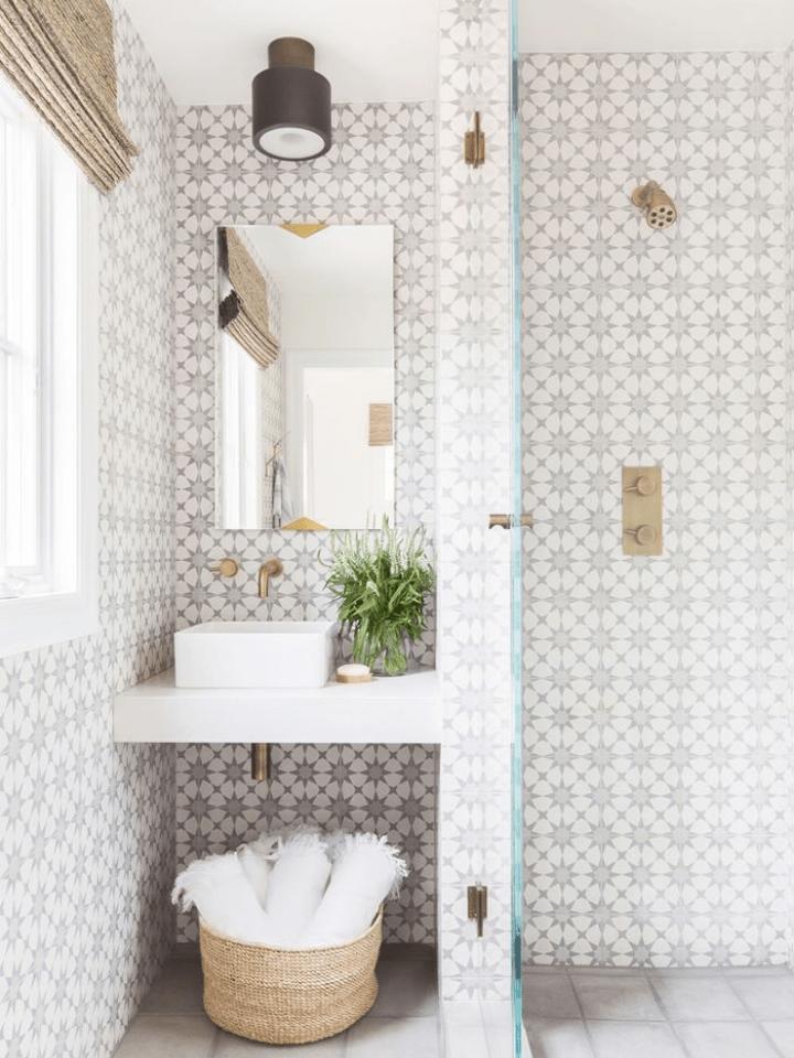 baño con estantería de obra para ahorrar espacio: soluciones para pisos pequeños