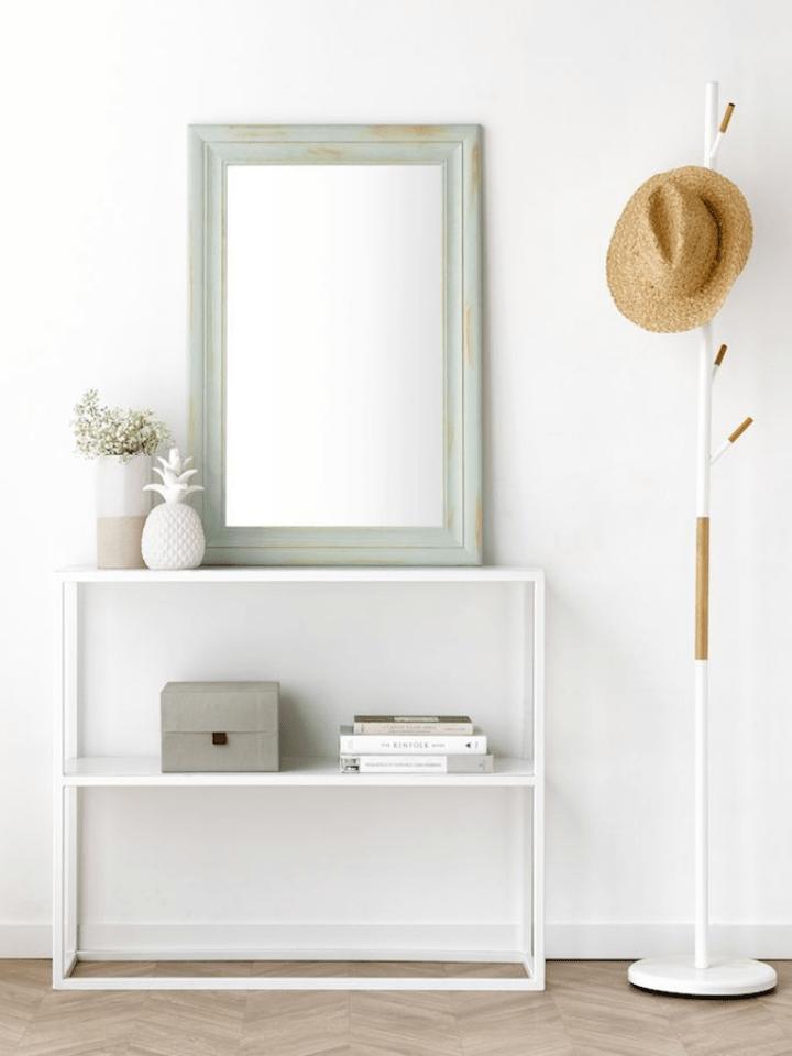 perchero, espejo y mueble sencillo para el recibidor