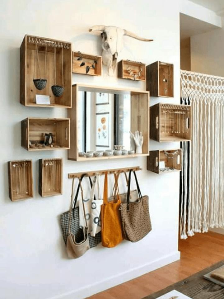 original recibidor con cajas de madera