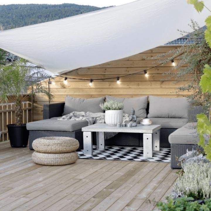 terraza con sombra acondicionada con vela de lona blanca