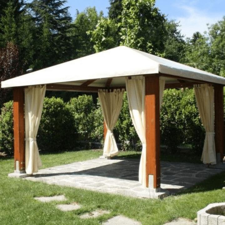 terraza con cenador de madera con techo y cortinas de lona