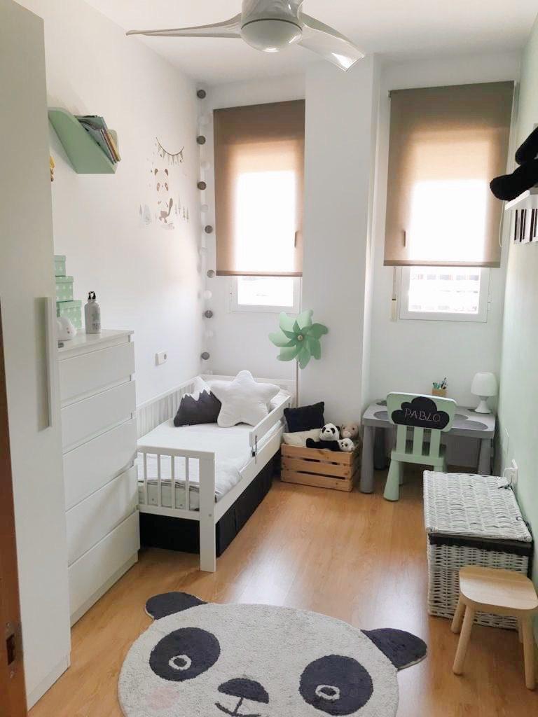 dormitorio infantil en colores blanco, negro, gris y mint. Dormitorio infantil decorado con elementos naturales en mimbre y madera