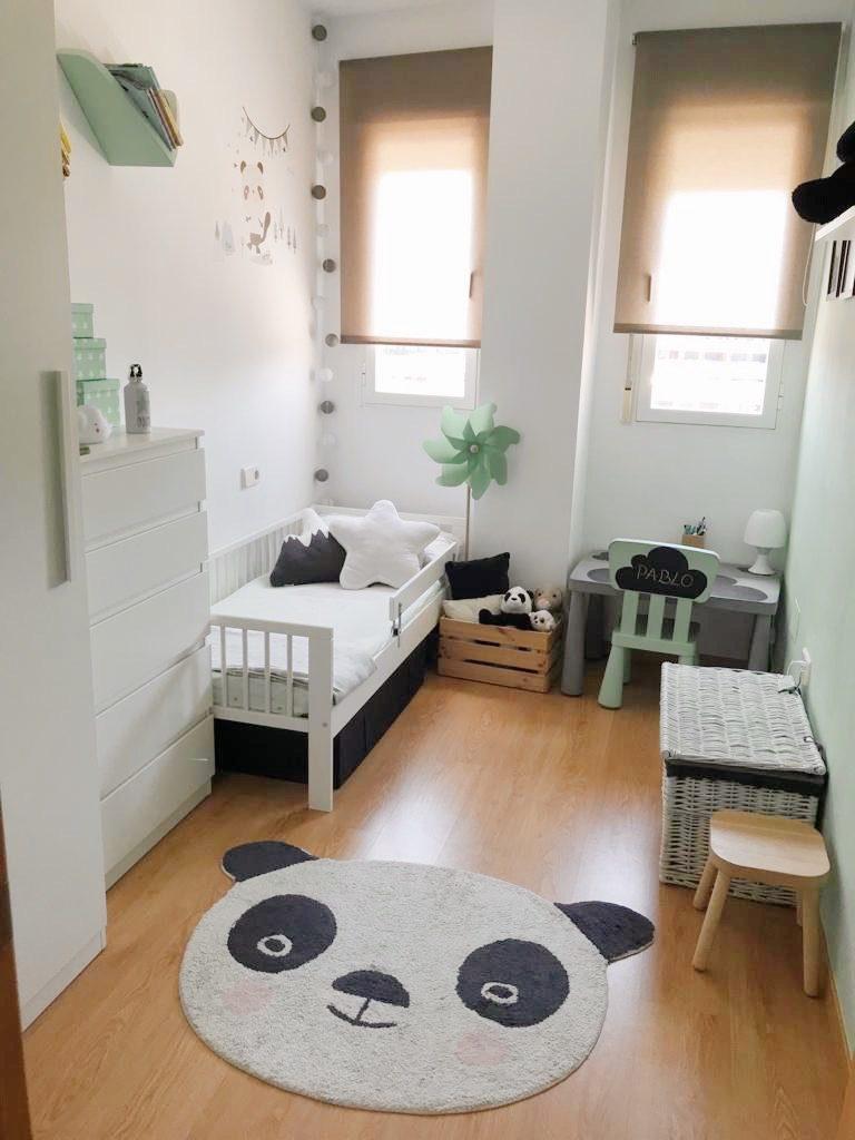 Dormitorio infantil de estilo nórdico decorada con osos panda