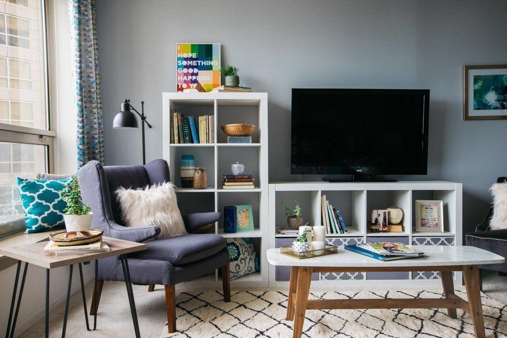 Estanterías para almacenar y como mesa de TV para ganar espacio