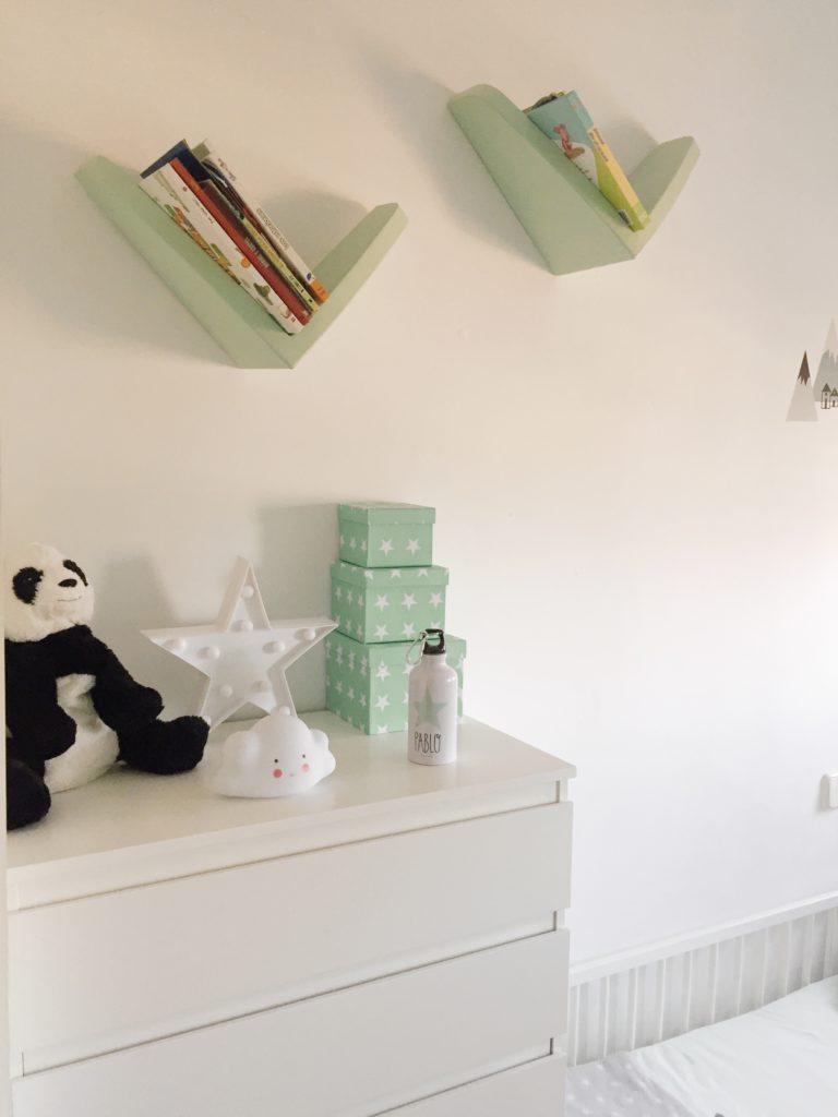 estanterias en v recicladas y pintadas con chalk paint para dormitorio infantil