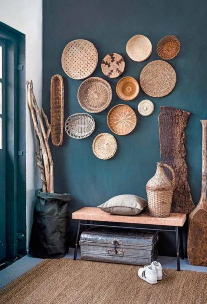 madera y cestos de mimbre para decorar el recibidor