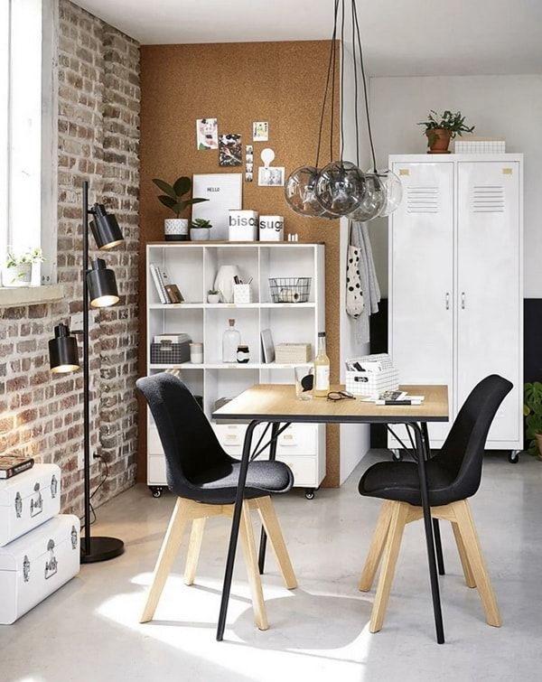 Zona de trabajo en casa decorada con taquillas metálicas