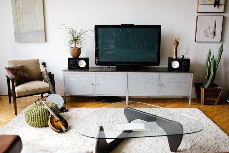 mueble metálico para la televisión