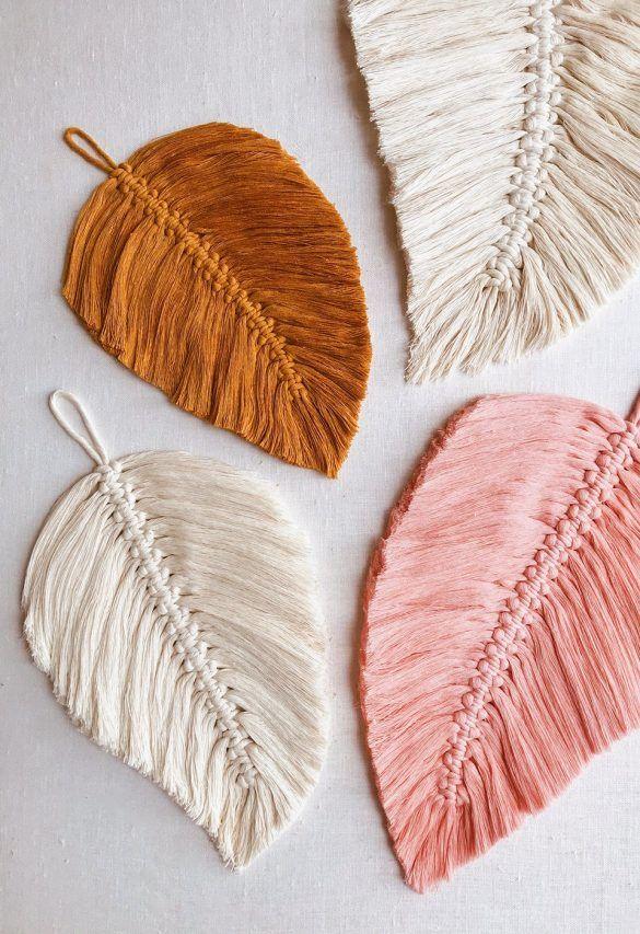 Plumas de colores en tejidos naturales