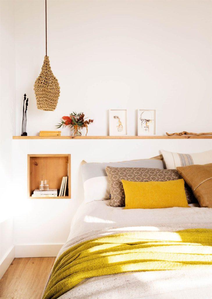 Habitaciones en mostaza con estantes de madera en la pared