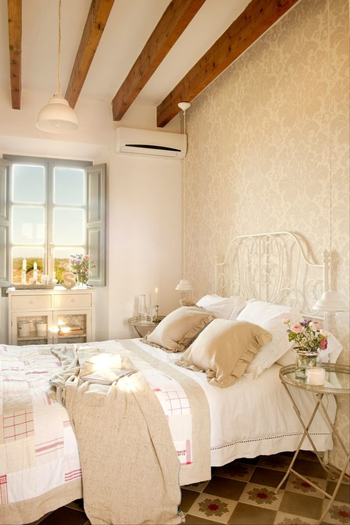 Dormitorio de estilo romántico con cabecero en hierro forjado blanco
