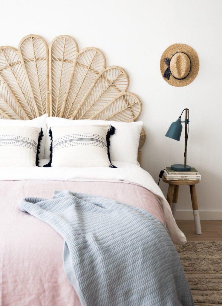 Dormitorio estilo nórdico con cabecero en fibras naturales
