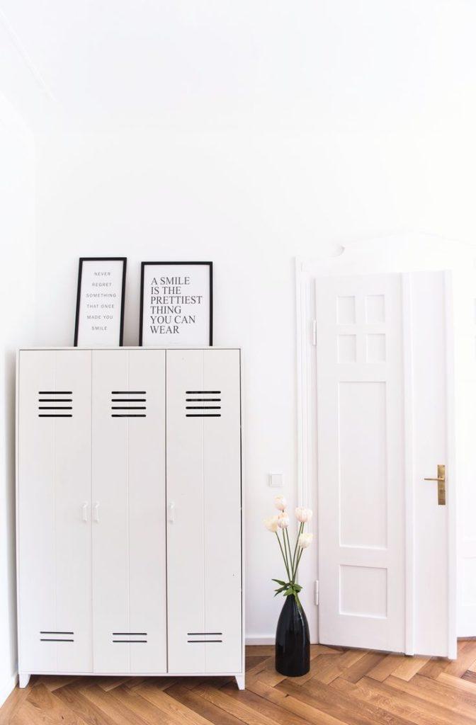 Armarios metálicos para decorar el recibidor. Taquilla en blanco