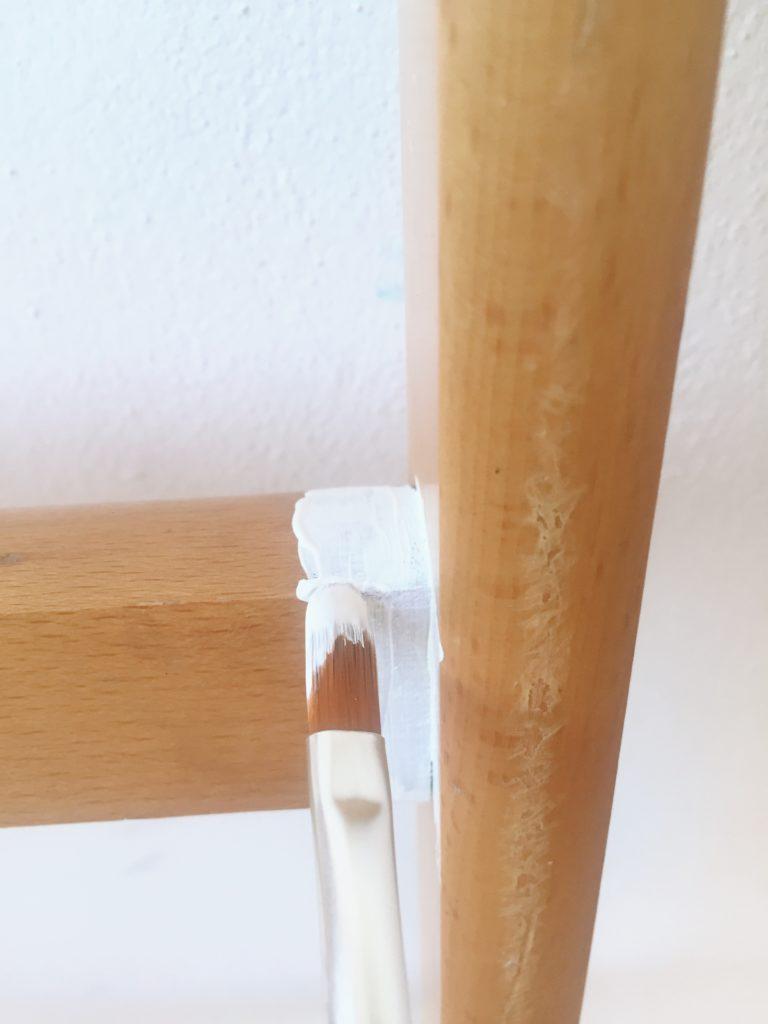 pincel fino para pintar una vieja escalera reciclada