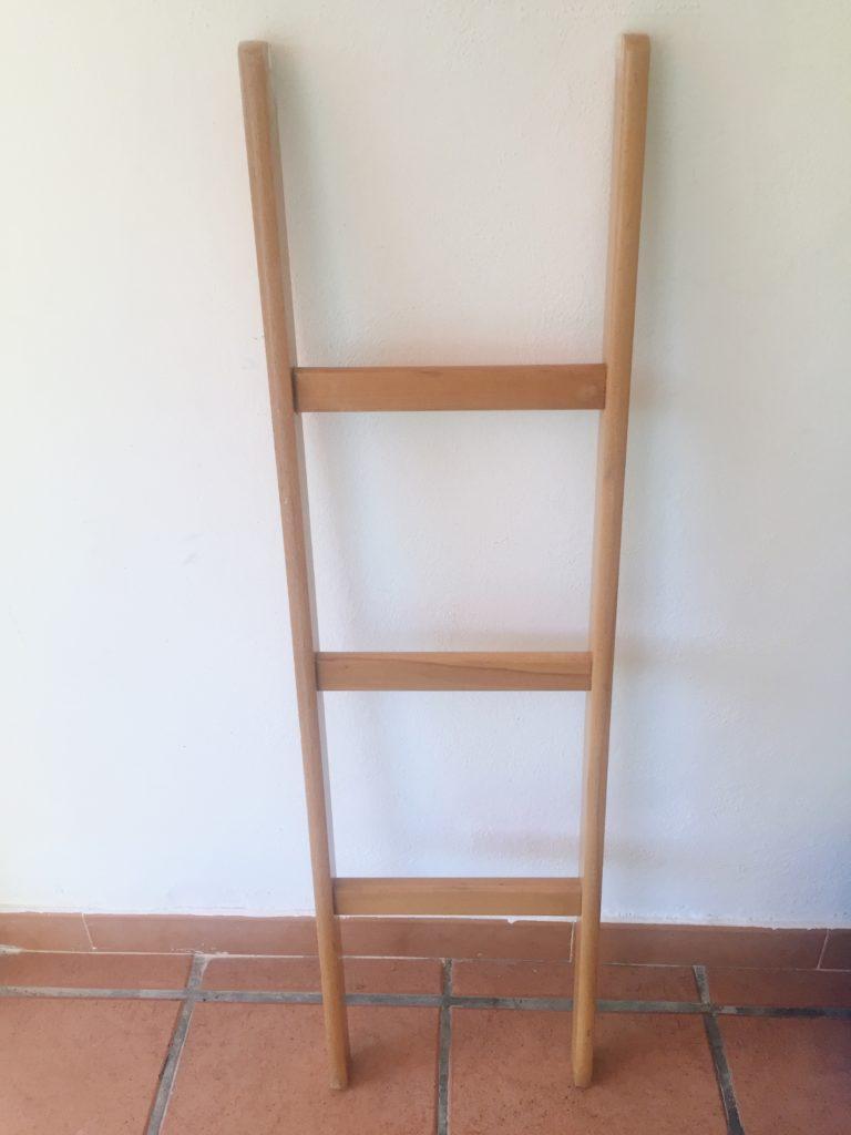 Pequeña escalera de madera. Decorar con una vieja escalera reciclada