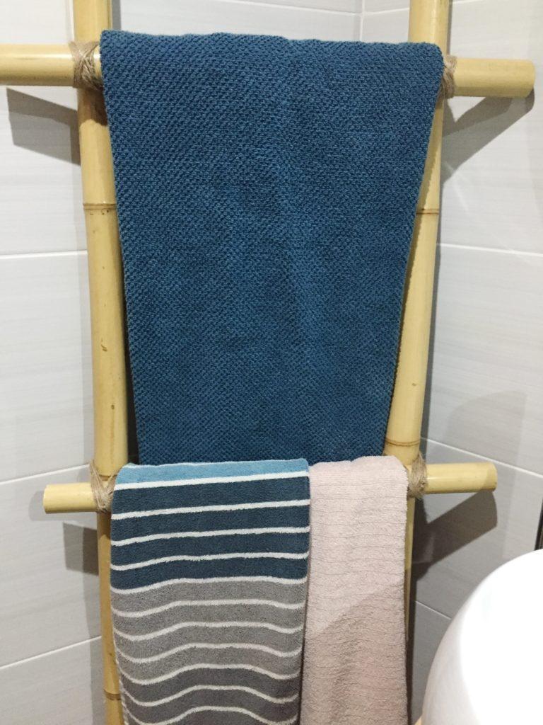 Toallero de bambú y toallas de ikea.
