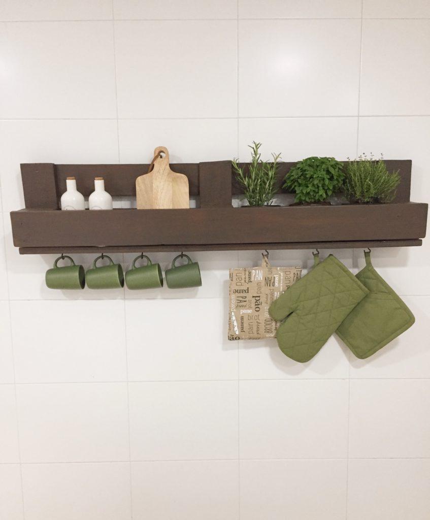 Como hacer una estantería con palets para organizar los utensilios de cocina