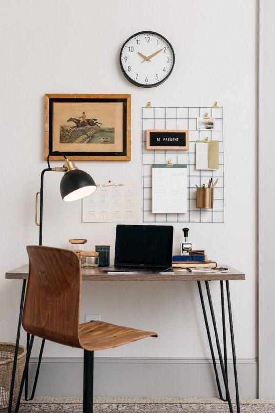 Pequeña oficina en casa clásica y sencilla