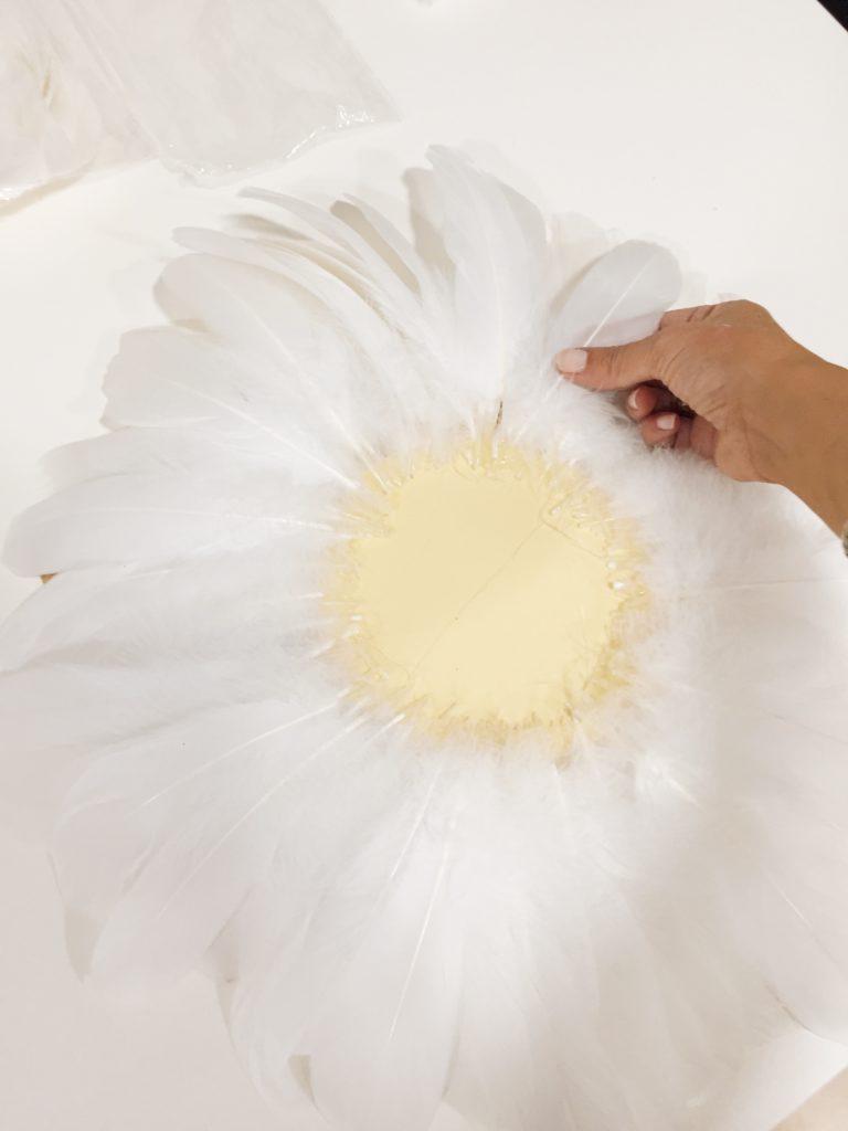 Espejo con plumas blancas