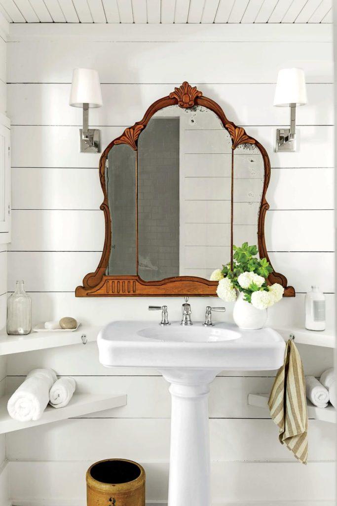 Espejo de madera antiguo para el baño
