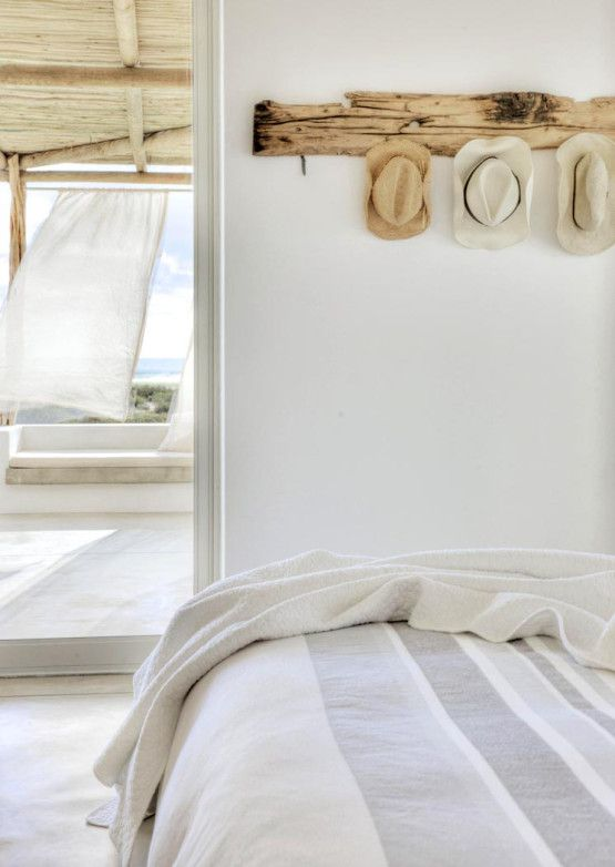 Originales percheros de madera sin tratar