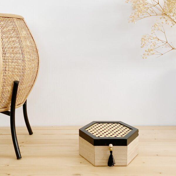 Cajita en forma hexagonal de madera y ratón
