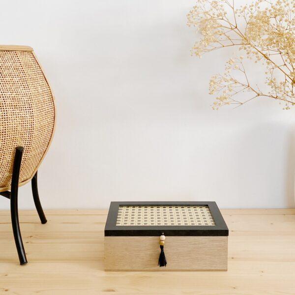 Caja de madera y rattan