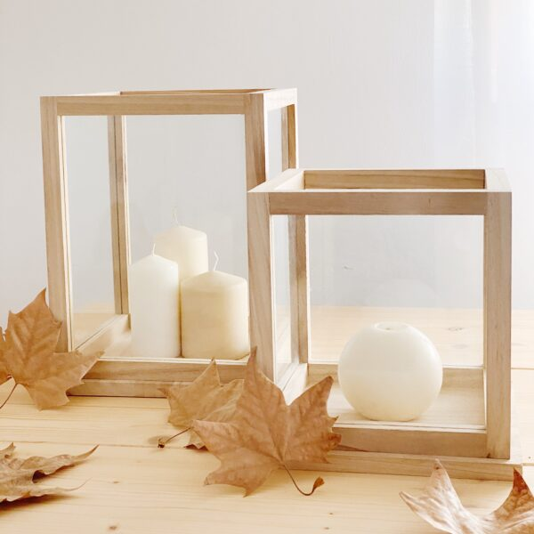 portavelas de madera natural y vidrio