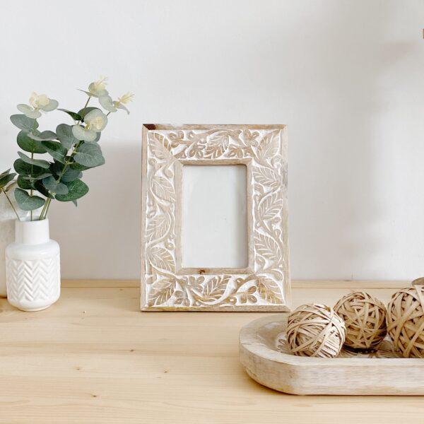 marco de fotos en madera tallada y decapado