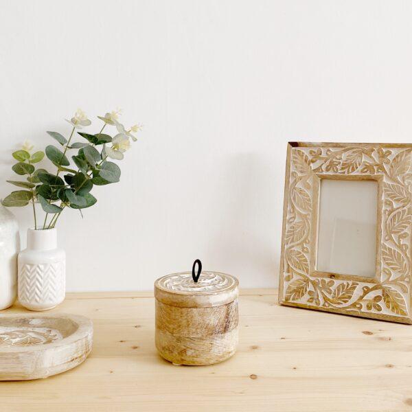 caja de madera tallada y decapada en blanco