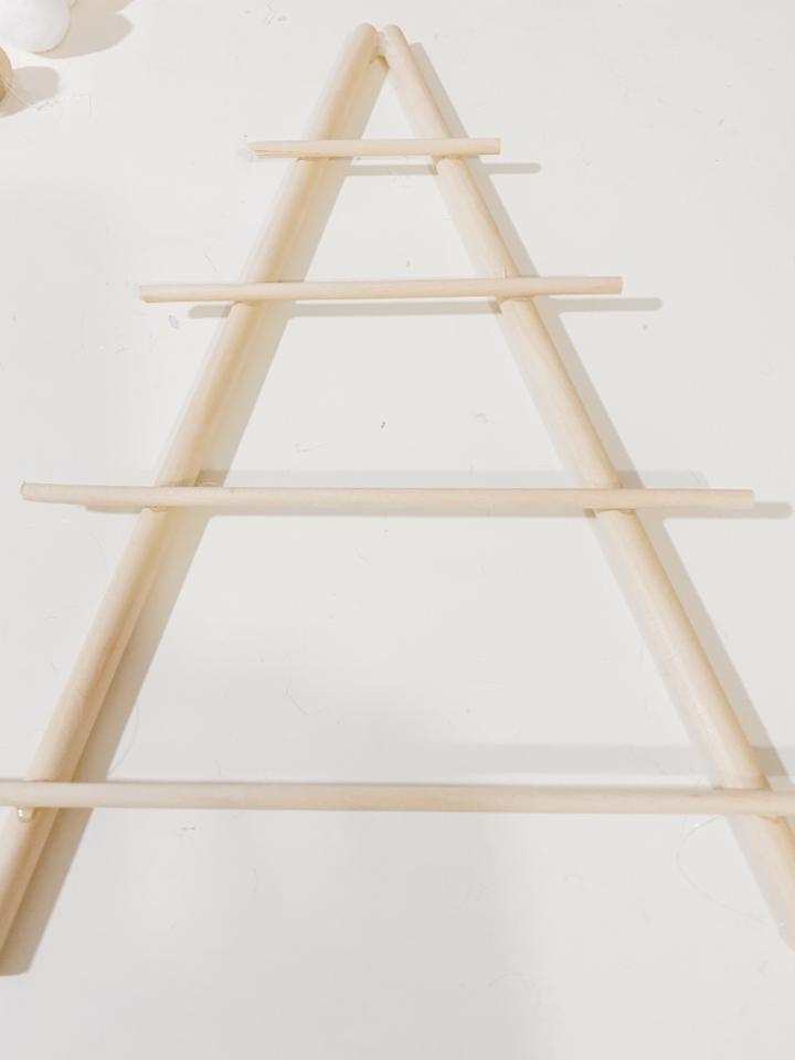 árbol con palitos de madera