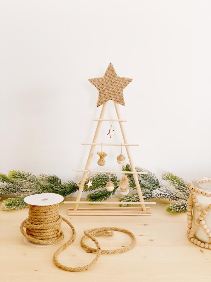 diy: árbol de navidad con palos de madera. La decoración más natural