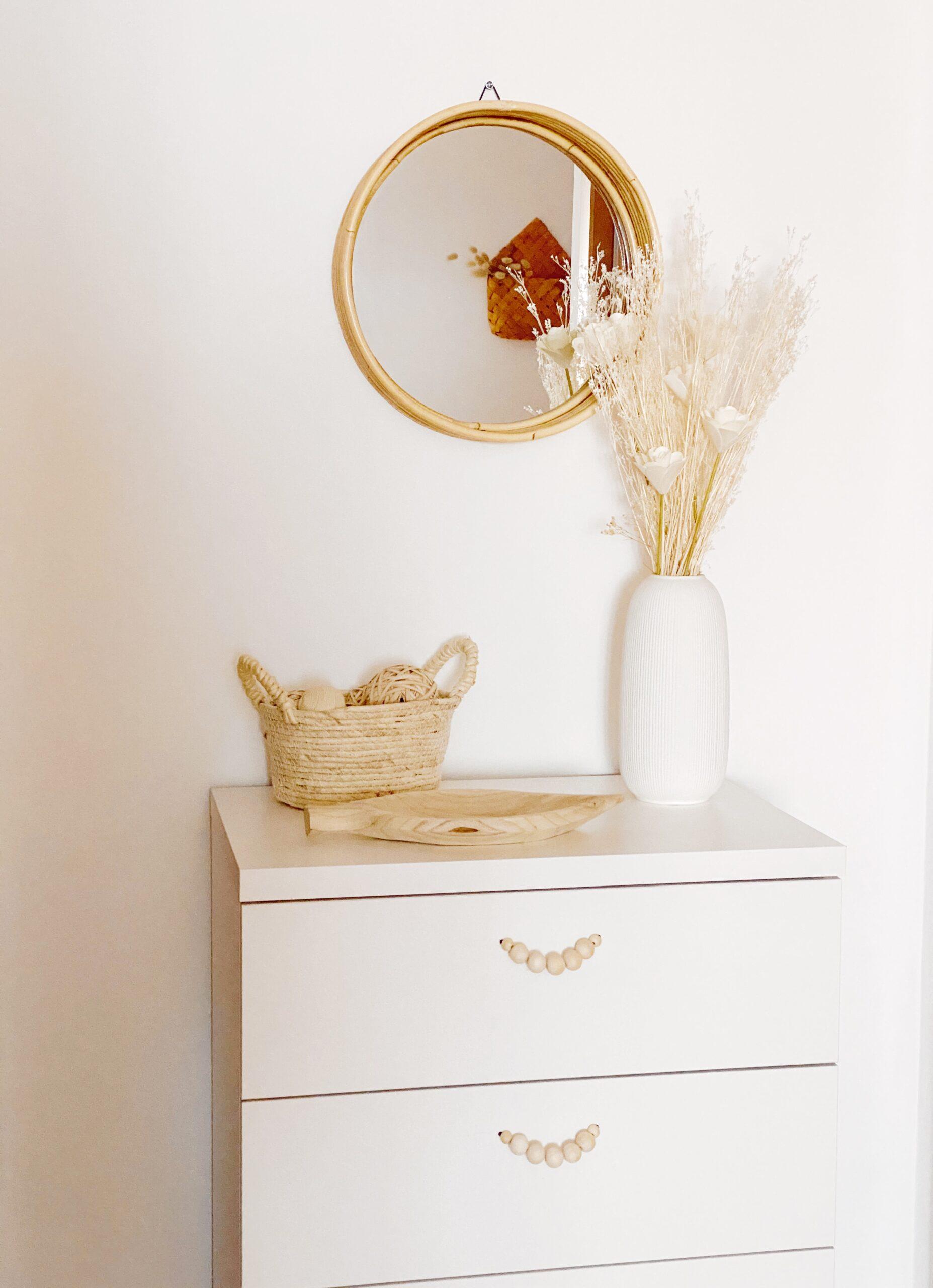 cómoda con tiradores de bolitas de madera para habitación de matrimonio