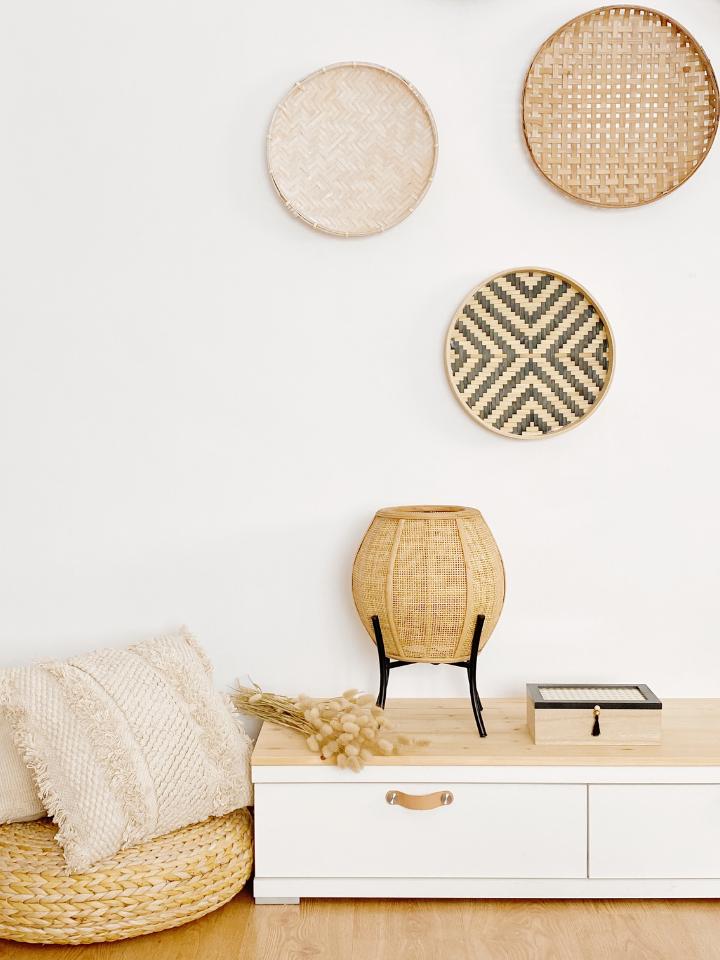 lámpara, cojines y platos de pared en fibras naturales (rattan, bambú y algodón)