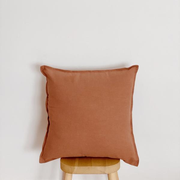 Funda de cojín liso de lino en color terracota